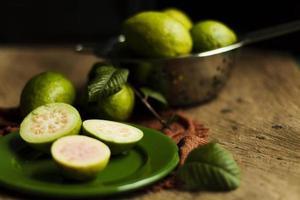 närbild guava frukter tallrik foto