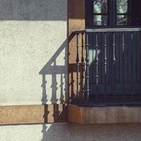 balkong på fasaden av huset, arkitektur i staden Bilbao, Spanien foto