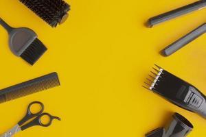 kopia utrymme omgiven av hår leveranser på gul bakgrund foto