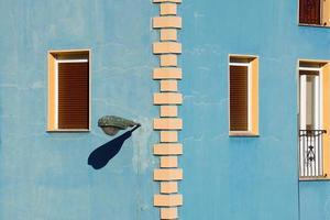 fönster på den blå fasaden av huset, arkitektur i bilbao city, spanien foto