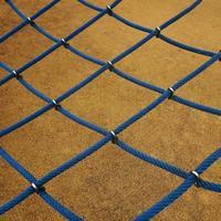 blå repnät på lekplatsen foto