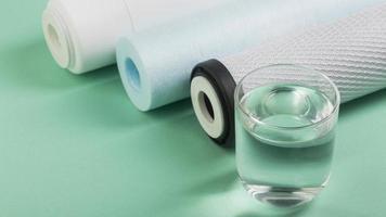 glas vatten och vattenfilter foto