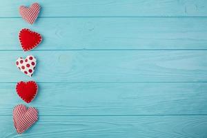 hjärtformade handgjorda leksaker på turkos trä foto