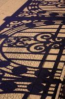 metallstaket skuggar silhuetten på marken foto