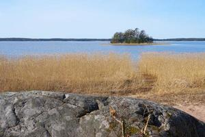 Östersjökusten i Finland på våren på en solig dag. foto