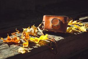 vintage kamera på träbänk foto
