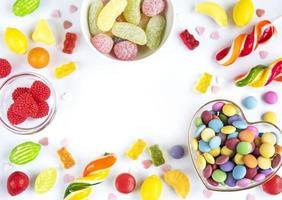 ram av färgglada godisar foto
