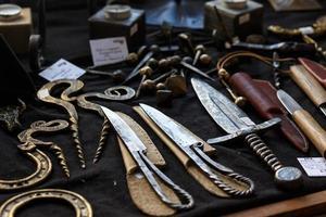 smidda knivar och dekorativa metallprodukter foto