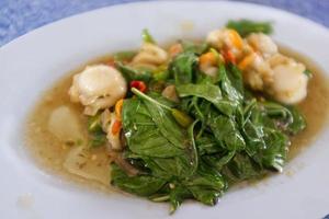 thailändsk skaldjur, basilika stekt kammusslor foto