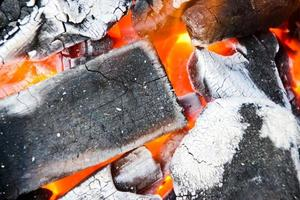 brinner kol, gör en eld från träkol foto