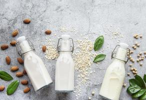 soja-, mandel- och havremjölk foto
