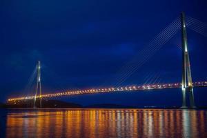 russky bridge på natten i Vladivostok, Ryssland foto