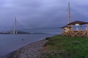 russky bridge och vattnet i Vladivostok, Ryssland foto