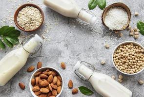 veganska mjölkflaskor med nötter och linser foto