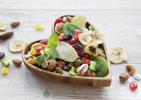 hjärtformad skål med torkade frukter och nötter foto