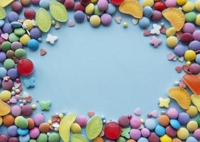 ram av godis på en blå bakgrund foto