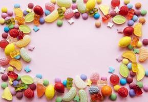 ram av godis på en rosa bakgrund foto