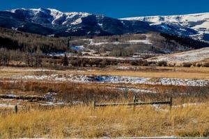 snötäckta berg och ett fält foto