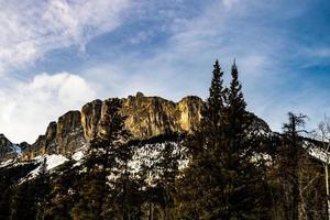 berg med lite snö på sig foto