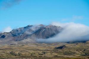 bergstoppar omgivna av vita moln foto