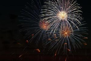 ljusa fyrverkerier på en festlig natt. färgade ljus i den mörka himlen för en semester. foto