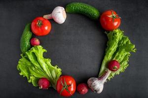 färska grönsaker på en mörk bakgrund. begreppet hälsosam kost och kost. foto
