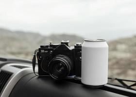 kamera och tom burk i en bil, bilresa koncept foto
