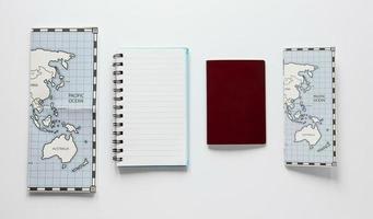 arrangemang med anteckningsbok och kartor foto