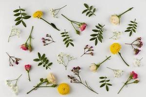 platt lägga blommor på bordet foto