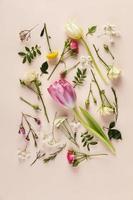 ovanifrån blommor samling på bordet foto