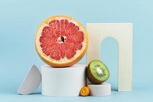 läckra färska citrusfrukter ordnade på blå bakgrund d foto
