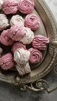 rosa och vita marängkakor foto
