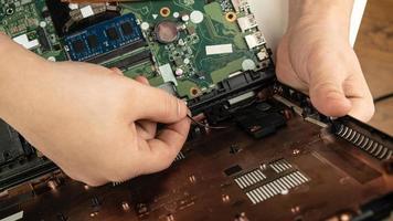 bärbar datorreparation, undersökning av datorn i servicecentret. foto