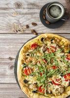 traditionell pizza med ruccola pålägg foto