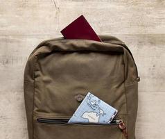 ryggsäck och karta foto