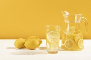 färsk saft i ett glas på bordet med gul bakgrund foto