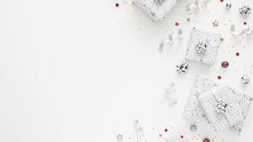 sortiment av festliga inslagna presenter med kopieringsutrymme foto