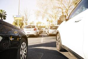 bilar i en trafikstockning på motorvägen foto