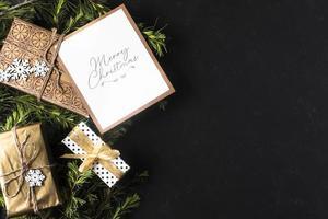 juldekorationer med inslagna gåvor och kopieringsutrymme foto