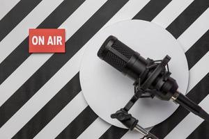 radio live-radiobanderoll med mikrofon foto