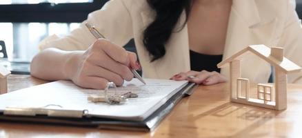 fastighetsmäklare som fyller i kontrakt foto