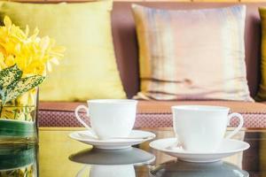 blomma och vit kaffekopp på bordet foto