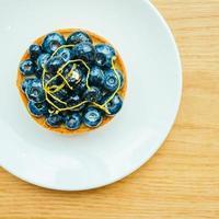 söt efterrätt med blåbärsyra i vit platta foto
