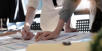 yrkesverksamma som diskuterar pappersarbete foto