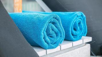 handduk på stol vid poolen foto