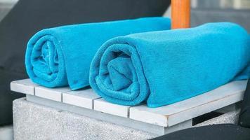 handdukar på en stol vid poolen foto