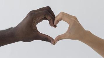 svarta och vita händer som gör en hjärta form foto