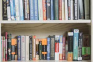 suddiga volymer av böcker i bokhyllan foto