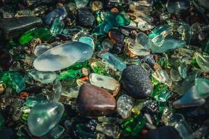 närbild av färgglatt havsglas på sand i Vladivostok, Ryssland foto