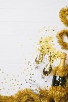champagneflaska med glitterbord foto